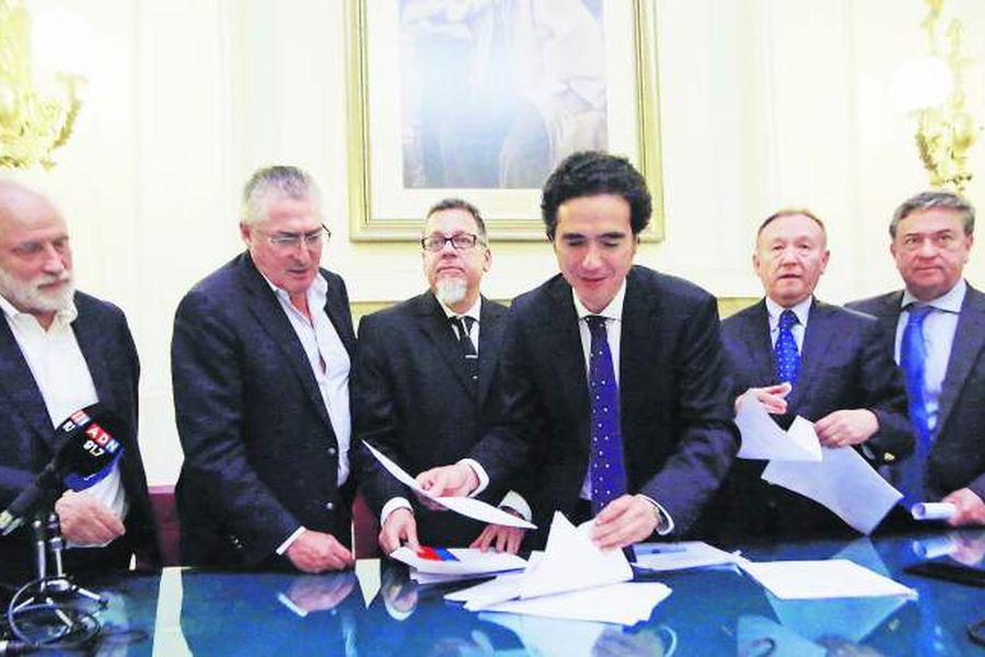 Ministro de Hacienda firma acuerdo con Comisión de Hacienda
