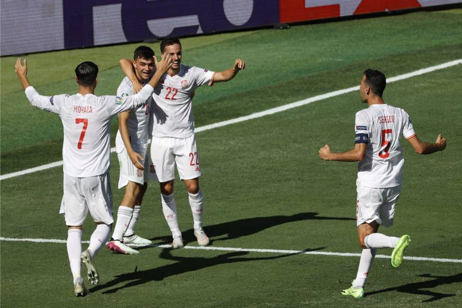 España clasificó a los octavos de final de la Eurocopa tras vencer por 5-0 a Eslovaquia.