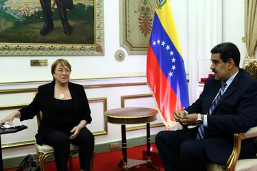 """Sonrisas de los participantes y críticas en Venezuela y Chile: """"La excelente videoconferencia"""" de Bachelet con Maduro"""