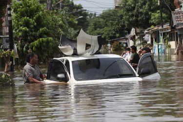 Aumentan a 23 el número de muertos por inundaciones en Indonesia