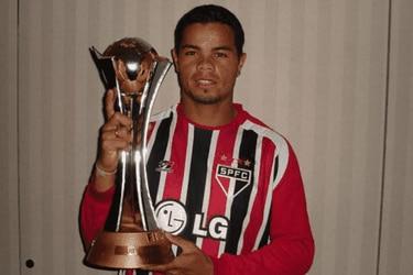 """La fuerte revelación de exfutbolista brasileño: """"Vendí la medalla del Mundial de Clubes y la gasté en cocaína"""""""