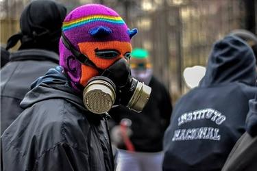 Hondas, capuchas, reflectantes y máscaras antigases: El merchandising que ha surgido en torno a las movilizaciones
