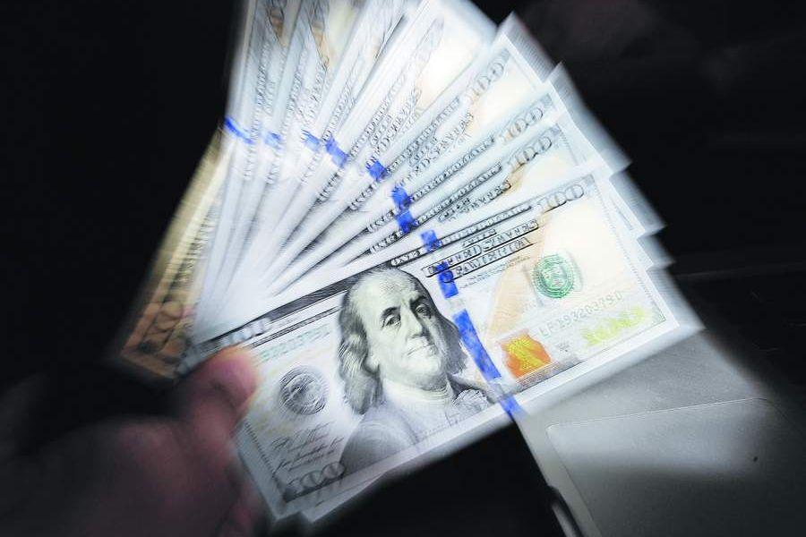 Inestabilidad de mercados chinos eleva el dólar y se dispara hasta los $710.
