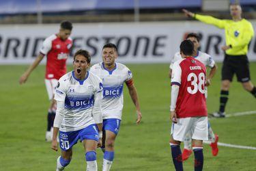 Católica logra su primer triunfo en la Copa tras vencer con contundencia y calidad a Nacional de Uruguay