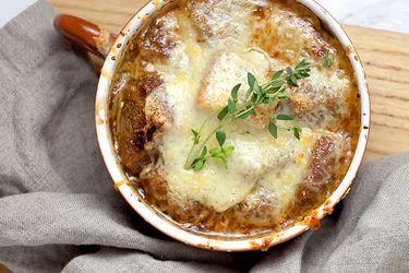 Sopa de cebollas al syrah con crutón de roquefort