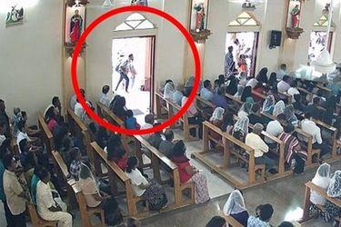 Momento que autor del atentado en Sri Lanka llega a una iglesia con explosivos