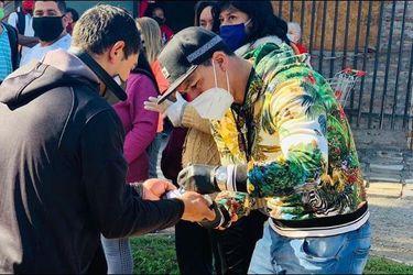 Esteban Paredes reparte mercadería a vecinos de Cerro Navia
