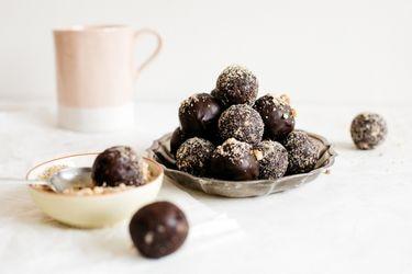 Aprende a hacer bolitas energéticas de cranberries y chocolate amargo