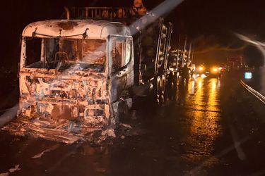 Tres heridos dejan ataques incendiaros contra dos camiones y un furgón en la provincia de Arauco