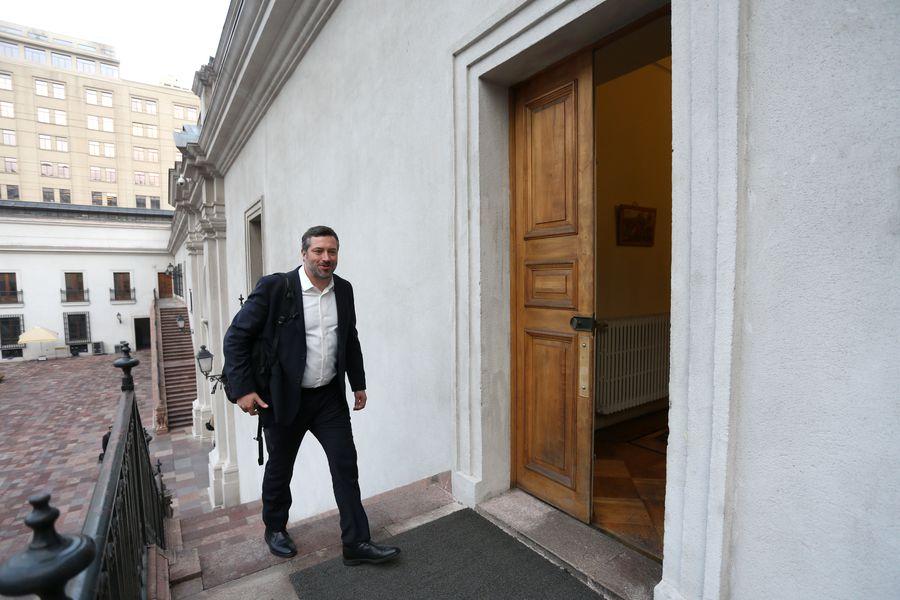 Sebastián Sichel en las escaleras de La Moneda.