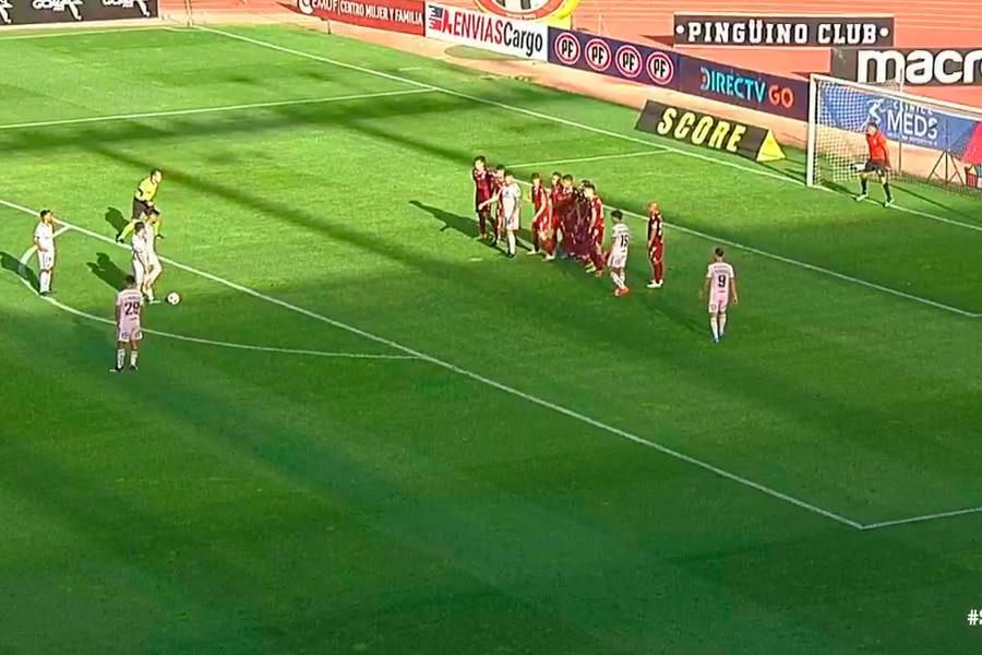 El momento del partido entre Universidad de Chile y Deportes La Serena en el que Ángelo Hermosilla toca el silbato para iniciar el tiro libre de Sandoval. Segundos después invalidó el gol. Foto: Captura de pantalla.