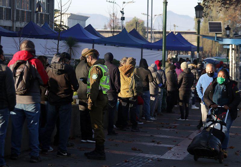 Largas filas en la Municipalidad de Maipú de personas que quieren cancelar su permiso de circulación. (Foto: Agencia Uno)