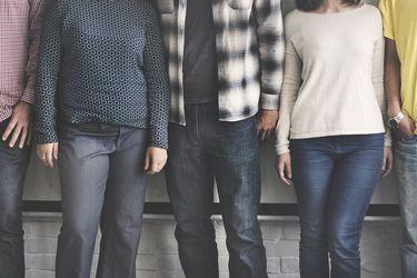 Trabajadores jóvenes buscan adaptaciones de salud mental, y los empleadores intentan mantenerse al día