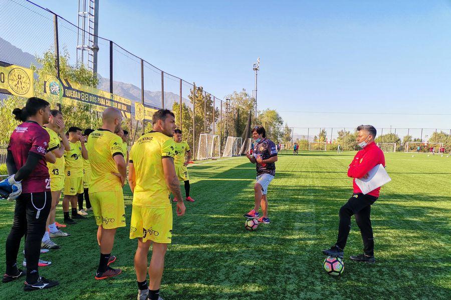 El plantel profesional de Lautaro de Buin durante un entrenamiento. Foto: @LautaroDeBuin / Twitter.