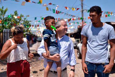 Ministro Monckeberg visita a familias de La Legua en la primera Navidad sin muros