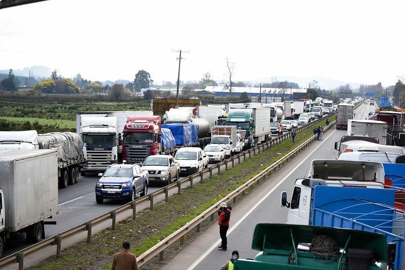 Temuco: Comienzan a llegar los primeros camiones a la Ruta Sur Kilómetro 658. (Foto: Agencia Uno)