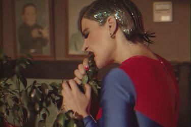 """Cuando """"comió plantas"""" y desconcertó a Raúl Matas: un nuevo videoclip reimagina la legendaria visita de Grace Jones a Chile"""