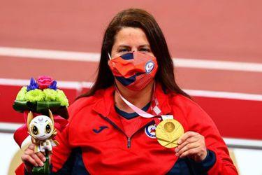 Francisca Mardones posa con la medalla de oro conseguida en el lanzamiento de la bala en Tokio 2020.