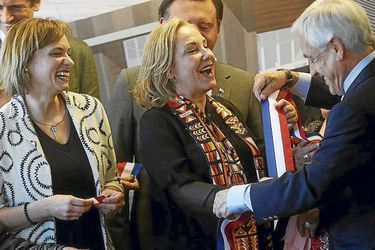La broma de Piñera: prueba la banda presidencial a Goic, Morel, Espina y Valdés