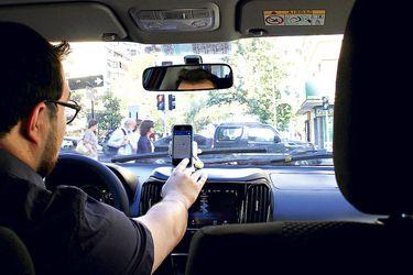 Cabify y Uber deciden no subir tarifas por alzas de las bencinas y dejan en aprietos a los taxis