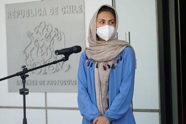 Llega a Santiago hermana de estudiante afgana de Medicina de la U. de Chile: recibirá estatus de refugiada