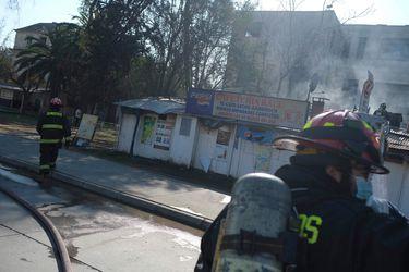 Bomberos controla incendio estructural que afectó a local aledaño al Hospital Barros Luco