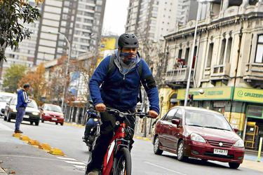 Nuevo reglamento de convivencia vial establece equipamiento que deben usar ciclistas y las reglas para el traslado de mascotas