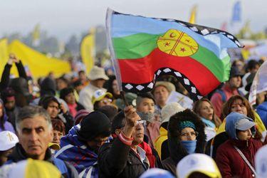 bandera mapuche en misa