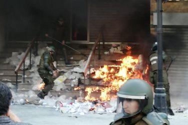 Diversos incidentes en Temuco en medio de manifestaciones: sujetos incendian desechos en acceso a Municipalidad