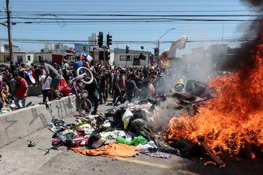 Formalizados por incendiar carpas de inmigrantes en Iquique quedan con arresto domiciliario nocturno