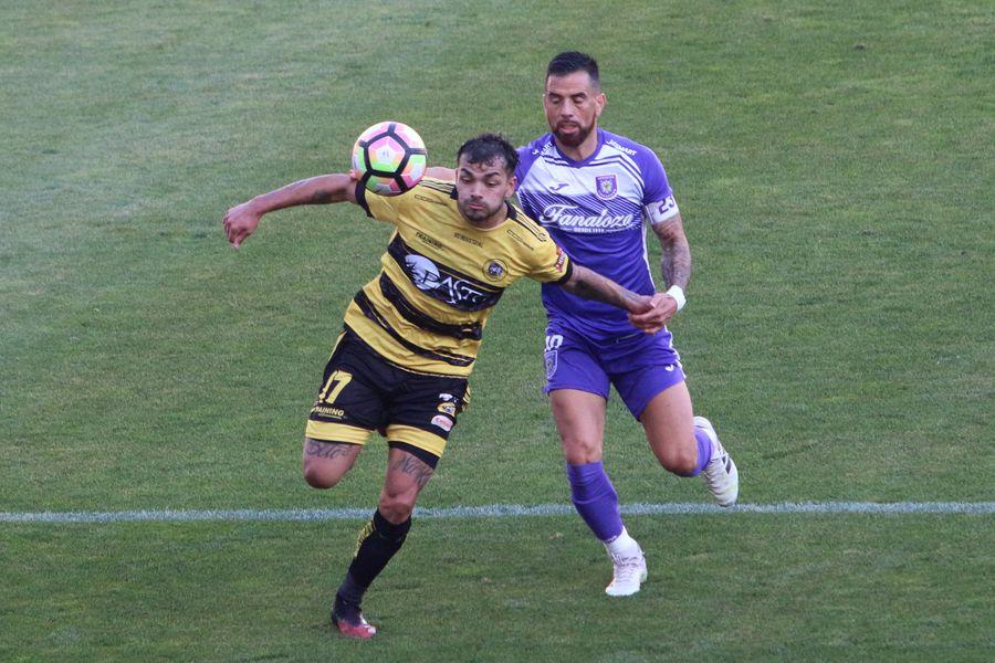 Los clubes Lautaro de Buin y Deportes Concepción participaron del torneo 2020 de la Segunda División del fútbol chileno, que organiza la ANFP.