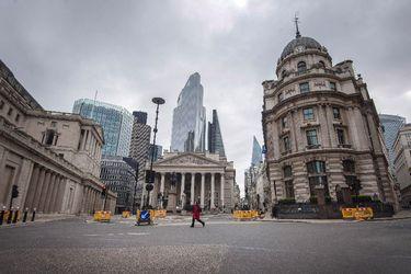 Inglaterra prohíbe las reuniones de más de seis personas por aumento de casos de coronavirus