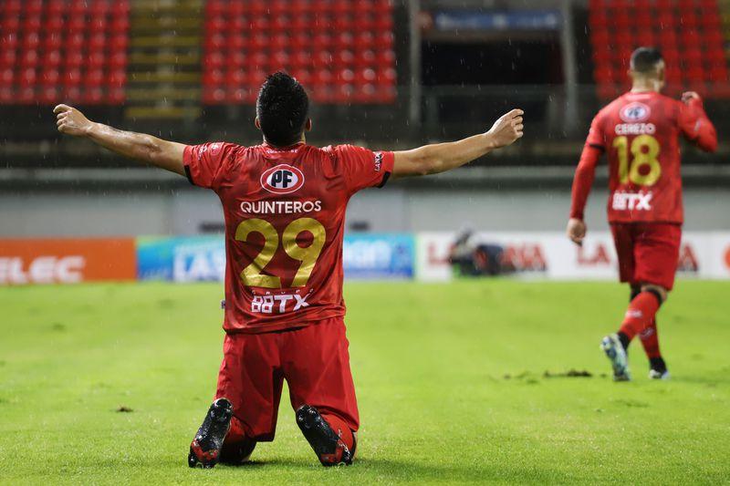 Maximiliano Quinteros festeja uno de sus goles ante Colo Colo.