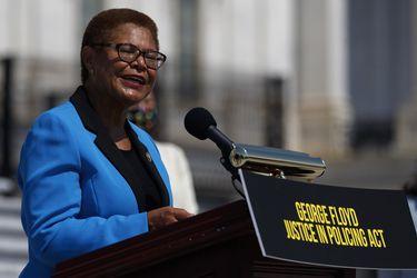 Karen Bass, la representante afroamericana que irrumpe como posible compañera de fórmula de Biden