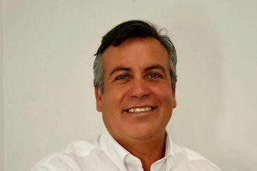 """Ocho veces candidato y """"representante"""" de las iglesias evangélicas: quién es César Monsalve, el PRI que necesita un voto para elegirse en Renca"""