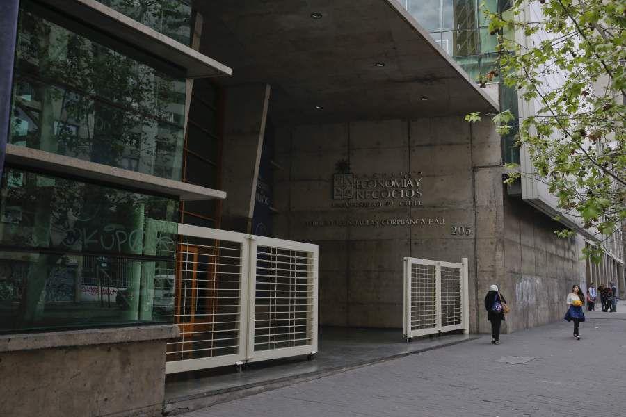 Fachada de la Facultad de Economía y Negocios de la Universidad de Chile