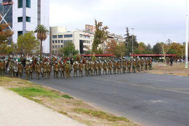 Carabineros impide con fuerte contingente el paso de manifestantes hacia la base de la estatua del general Baquedano