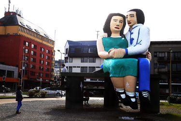 """""""Sentados frente al mar"""": 10 historias de las estatuas más polémicas de Chile"""