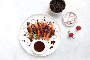 Sashimi de salmón con emulsión y caviar de chocolate