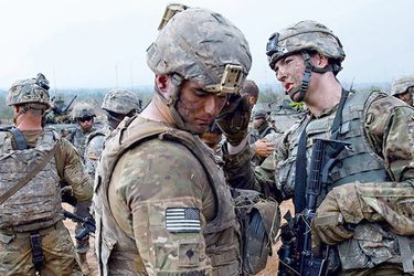 us-army-soldiers-help-each-other-clean-up-b-36833546