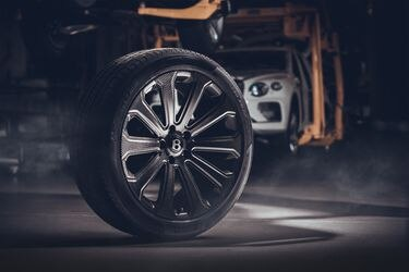 Los ingleses inflan el pecho: Bentley presenta la llanta de fibra de carbono más grande del mundo