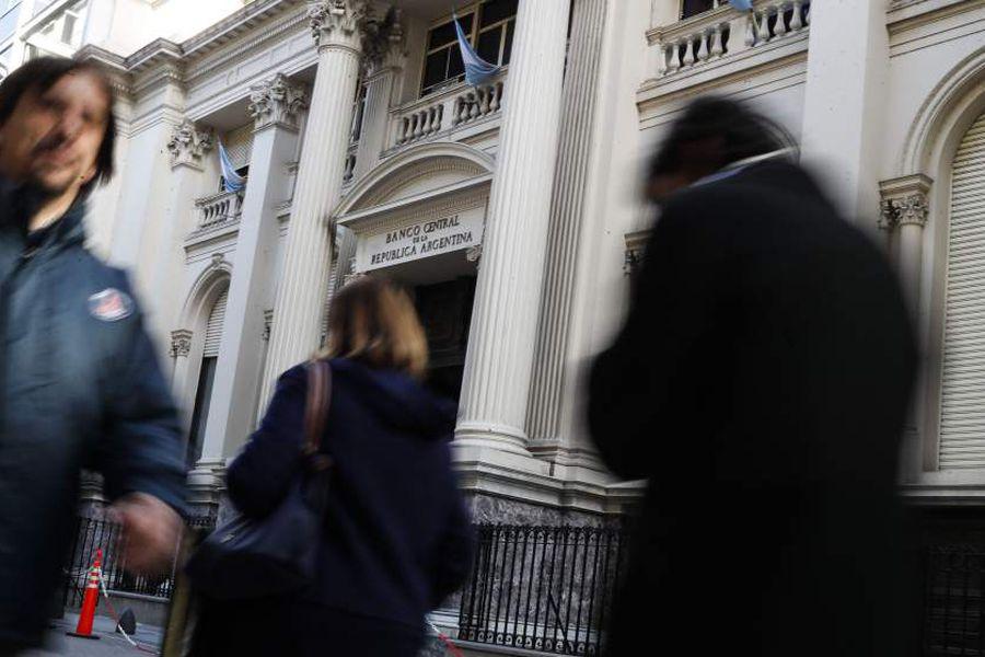 Renovado Banco Central argentino lanza medidas financieras contra devaluación