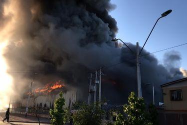 Gran incendio afecta a supermercado en San Bernardo