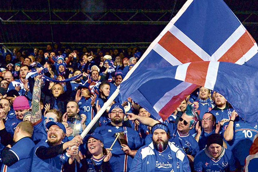Hinchas de Islandia celebran la calificación al Mundial en Reikiavik, Islandia, el lunes. Foto: AFP