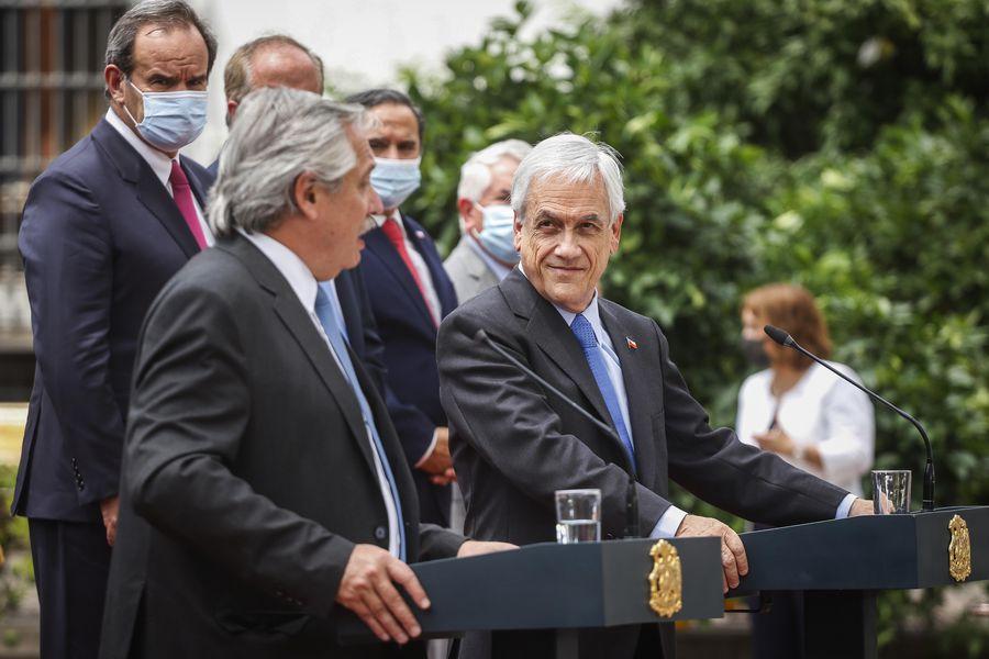 Andrés Allamand observa desde atrás a Alberto Fernández y a Sebastián Piñera, en La Moneda.