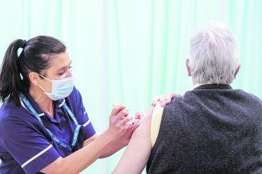 Minsal decide iniciar inoculación con la vacuna Sinovac en adultos mayores de 60 años