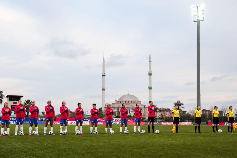 La Selección Chilena femenina entonando el himno en Turquía.