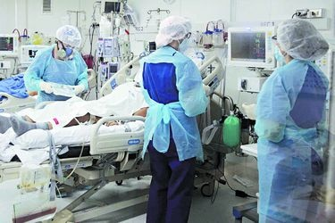 Profesiones auxiliares, enfermería y medicina: Las actividades del personal de salud que más han sufrido contagios por Covid-19 en Chile