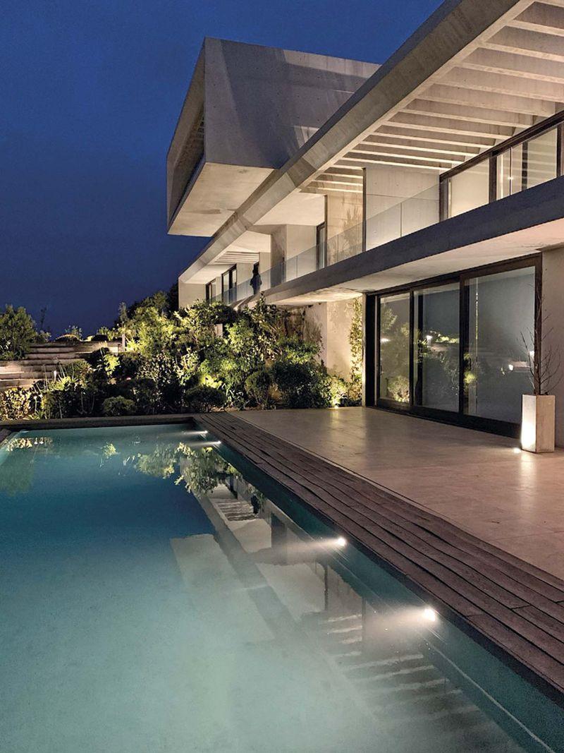 De acuerdo al diseñador Rafael Rivera la piscina empezó a considerarse dentro del proyecto de iluminación total.