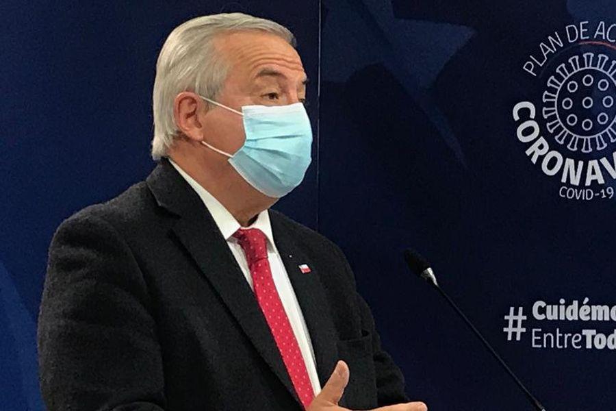 El ministro de Salud, Jaime Mañalich, entregando el reporte de este lunes.